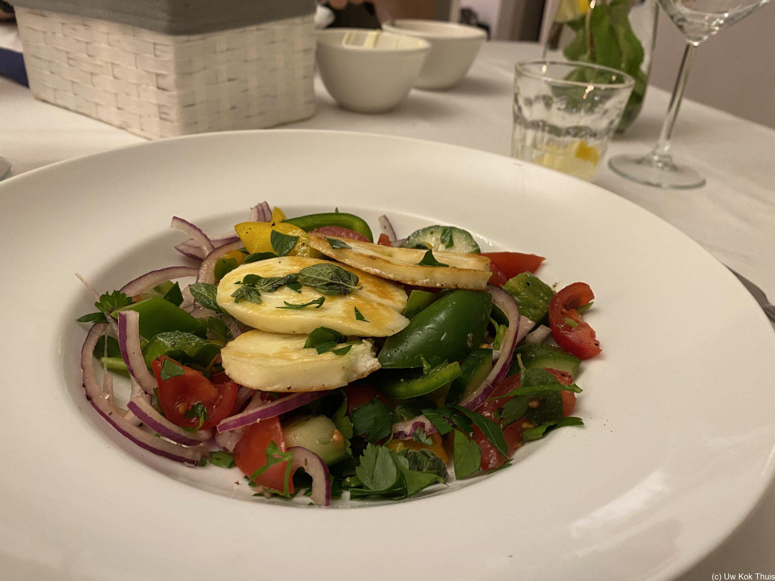 Bord met salade van gegrilde halloumi